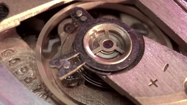 Detalle de macro de maquinaria reloj vintage — Vídeo de stock