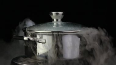 Boiling water in a pan — Stock Video