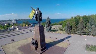Monument to V. I. Lenin with the Ukrainian flag — Stock Video