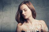 Beautiful brunette girl on grunge background — Zdjęcie stockowe