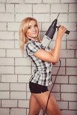 Donna con un trapano — Foto Stock