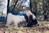 Femme avec chien — Photo