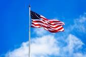 Amerikanska flaggan och blå himmel — Stockfoto