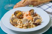 Beans and clams — Stock Photo