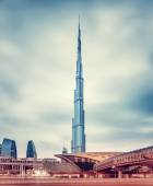 Burj Khalifa and Dubai's modern metro station — Stockfoto