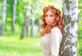 Fashionable girl in the park — Stock Photo
