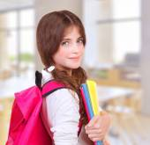 Roztomilá dívka ve škole — Stock fotografie
