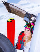 Woman comes on ski resort — Stockfoto