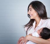 Glad mamma med baby — Stockfoto