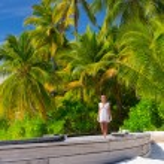 Beautiful woman on tropical beach — Stock Photo #75240907