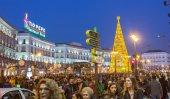 Madryt, Hiszpania - 18 grudnia: Słynny plac Puerta del Sol zatłoczone sh — Zdjęcie stockowe