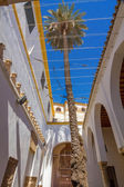 Typisch andalusischen Innenhof, dekoriert mit Blumen in der Stadt — Stockfoto