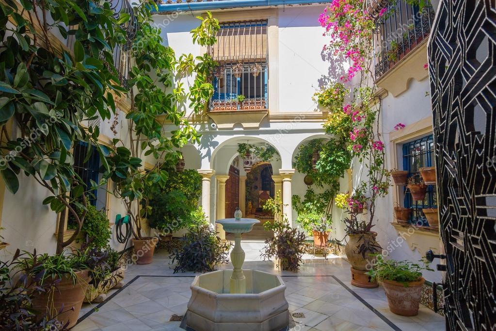 Patio t pico andaluz decorado con flores en la ciudad for Patio decorado