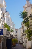 Streets with whitewashed buildings typical of Puerto Banus, Mala — Stock Photo