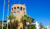 Ancient medieval tower at the entrance to the famous marina of P — Foto Stock
