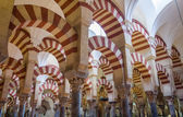 Arches and columns symmetric in the famous mosque of Cordoba, Sp — Foto de Stock