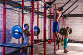 Barbell weight lifting group weightlifting at gym — Stockfoto