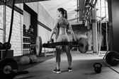 Hex Dead Lift Shrug Bar Deadlifts woman at gym — Stockfoto