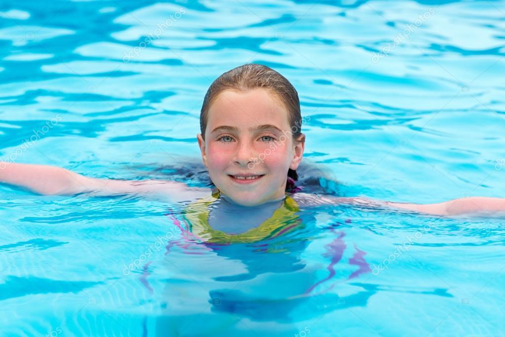 Chica rubia nadando en la piscina con las mejillas rojas for Fotos follando en la piscina