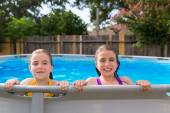 Kid girls swimming in the pool in backyard — Stockfoto