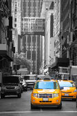 Fift avenue neigbourhood yellow cab taxi 5 th Av — Stock Photo