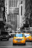 Fift avenue neigbourhood yellow cab taxi 5 th Av — Stock Photo