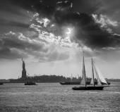 New York sailboat sunset and Statue of Liberty — Stock Photo