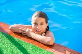 Kid girl in swimming pool at summer vacation — Stock Photo