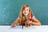 белокурая студенческая девочка с щенком в правлении класса — Стоковое фото