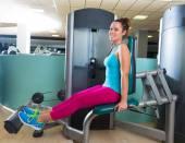 Tele rozšíření žena v tělocvičně cvičení stroj — Stock fotografie