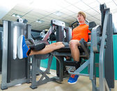 Gym man leg extension cuadriceps exercise — ストック写真
