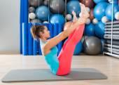Mat kadın egzersiz Pilates açık bacak Rocker — Stok fotoğraf