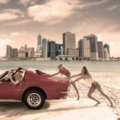 Sürüş araba itme genç kız mizah komik adam — Stok fotoğraf