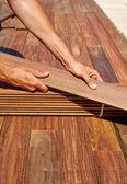 イペのデッキ インストール大工両手木材 — ストック写真