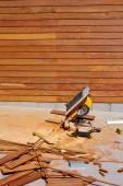 Ipe madera valla instalación sierra de mesa carpintero — Foto de Stock