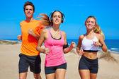 Amigos, correr na praia feliz no verão — Fotografia Stock