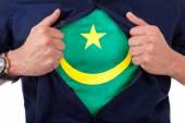 Fan deporte joven abriendo su camisa y mostrando la bandera su cuenta — Foto de Stock