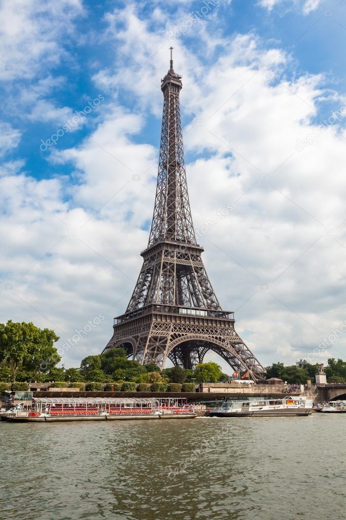 法国的埃菲尔铁塔与塞纳河河