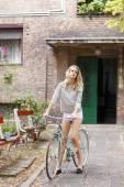 Happy young girl on bike — Fotografia Stock