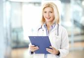 Female doctor with clipboard — Foto de Stock
