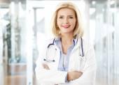 Femmina medico con stetoscopio — Foto Stock
