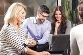 Grupp av affärsmän consulting — Stockfoto