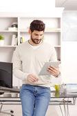 Продаж мужчина, с использованием цифрового планшета — Стоковое фото