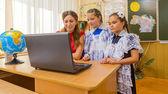 教師と学生はコンピューターで — ストック写真
