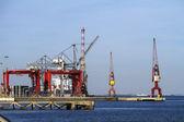リスボンの商業港貨物クレーンします。 — ストック写真