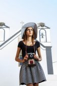 Young girl with   photographic camera in the city. — Stock Photo