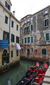 Narrow street and gondolas — Stock Photo