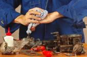 Riparazione di vecchie parti di motori automobilistici in officina — Foto Stock
