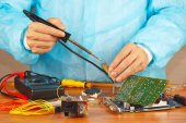 Master solder electronic hardware in service workshop — Stock Photo