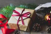 Christmas gift box decorated with bow — Stock Photo